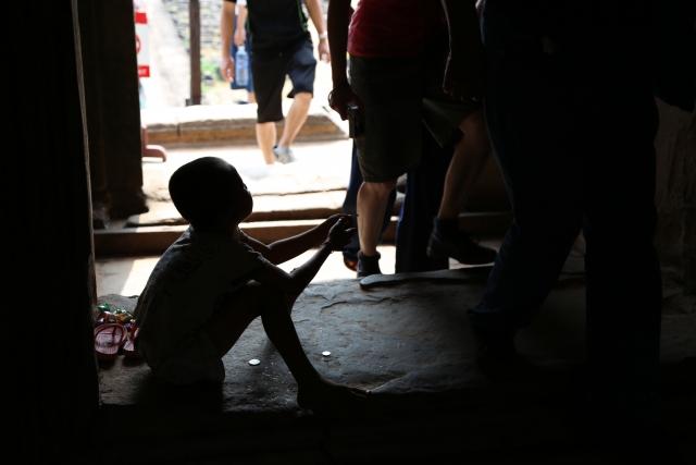今日を生きるのも大変な貧しさにある人々にとって、道ばたで歌っている女性など、どうでもいいのは当然だ。